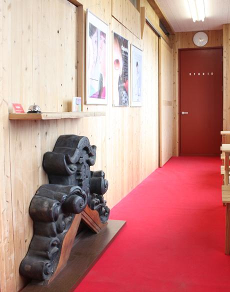 千秋座館名入りの鬼瓦は現在Stylishの事務所ロビーに保管展示しています