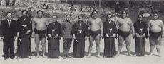 昭和24年 大相撲鳥取巡業 (時の四横綱とともに) 左から2番目が徳治